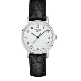 Tissot - Everytime Small – Urets vandtæthed 3ATM / 30 meter. Uret har safir glas, stålurkasse, sort læderrem og hvid urskive.