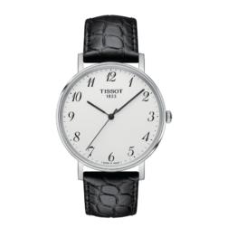 Tissot - Everytime Medium – Urets vandtæthed 3ATM / 30 meter. Uret har safir glas, stålurkasse, sort læderrem og hvid urskive.