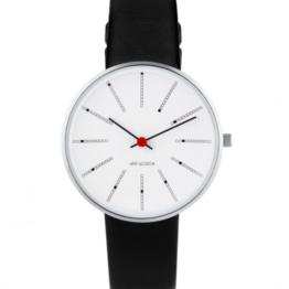 Arne Jacobsen ur – Bankers – Urets vandtæthed 3ATM / 30 meter. Uret har hærdet mineralglas, stålurkasse, læder rem og hvid urskive. 34mm